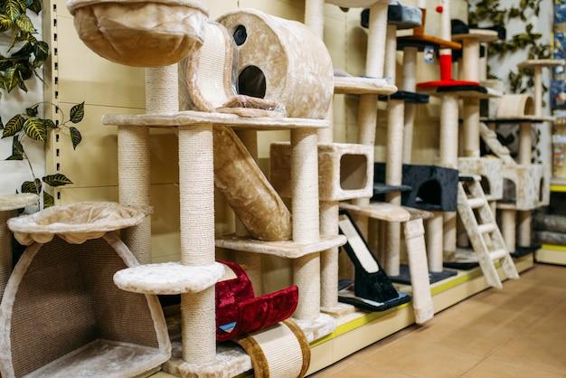 Wewnątrz zooshop, półki z akcesoriami dla kotów, sklep zoologiczny.