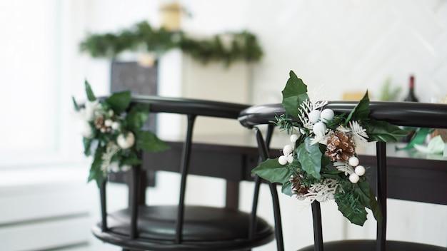 Wewnętrzna jasna kuchnia z bożonarodzeniowym wystrojem i krzesłem barowym