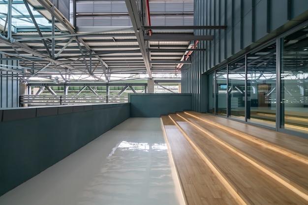 Wewnętrzna konstrukcja budynku i dostęp do stalowni