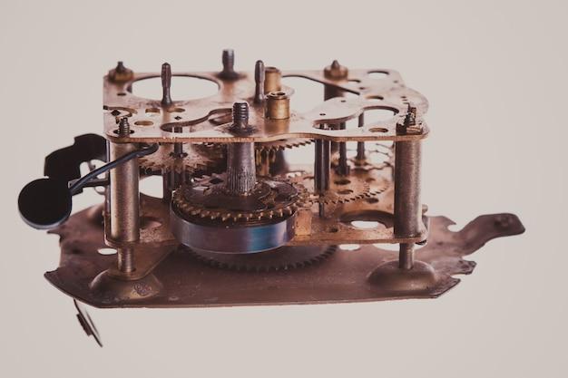 Wewnętrzna konstrukcja mechanicznego i zardzewiałego zegara w powiększeniu