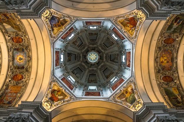 Wewnętrzna kościelna kopuła w wiedeń, austria