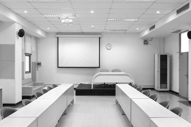 Wewnętrzna sala konferencyjna z białą tablicą projektora.