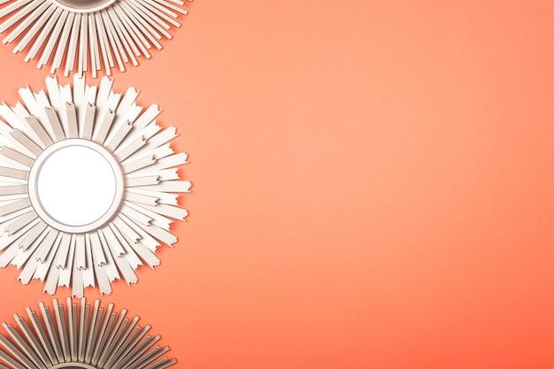 Wewnętrzne lustro ścienne w kształcie słońca z metalowym mosiądzu promieniami słońca w tle.
