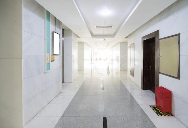 Wewnętrzne przejście budynku biurowego