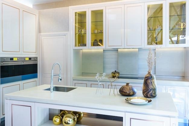 Wewnętrzne ujęcie nowoczesnej kuchni na pierwszym planie kranu i zlewu kuchennego