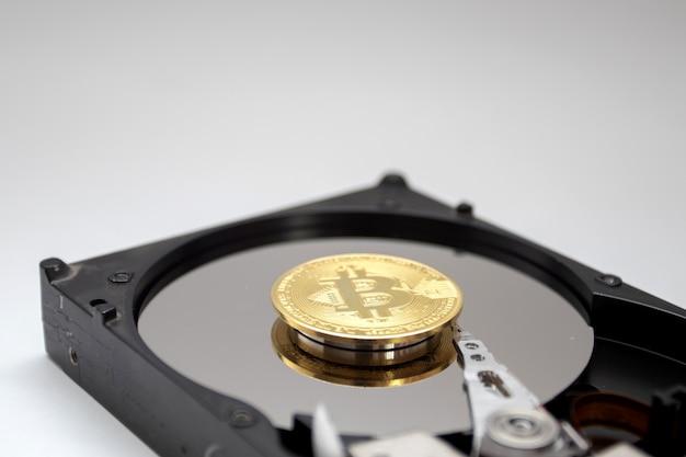 Wewnętrzny dysk twardy i moneta bitcoin. kopanie kryptowalut za pomocą hdd.