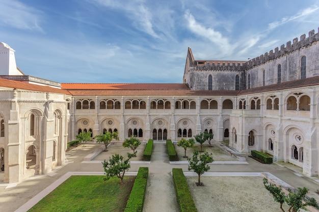 Wewnętrzny dziedziniec katolickiego klasztoru alcobaca