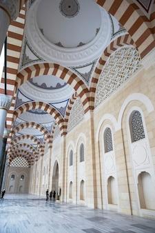 Wewnętrzny dziedziniec meczetu camlica z ludźmi w środku, stambuł, turcja