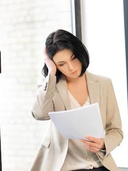Wewnętrzny obraz spokojnej kobiety z dokumentami