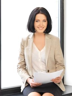 Wewnętrzny obraz szczęśliwej kobiety z dokumentami