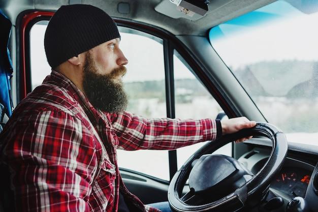 Wewnętrzny widok doręczeniowy mężczyzna jedzie furgonetkę lub ciężarówkę