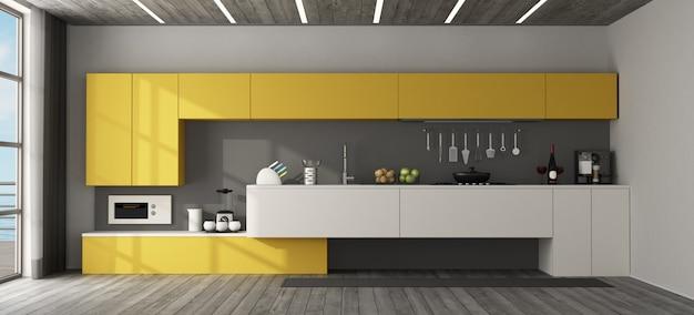 Wewnętrzny widok nowożytna żółta kuchnia