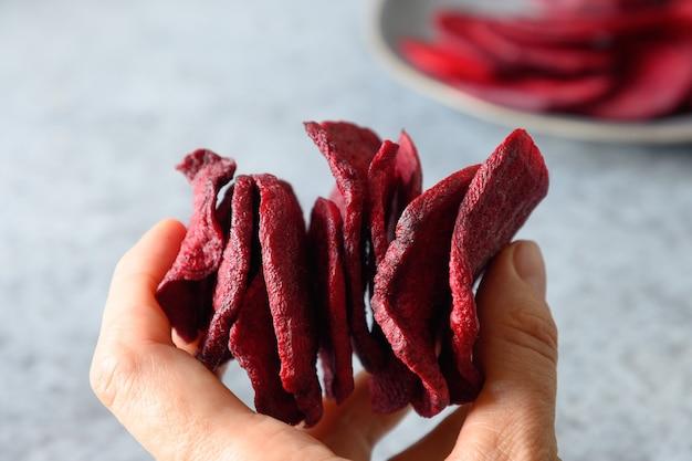 Weź kawałek buraków warzywnych na szarym tle