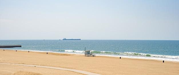 Weź zegarki wybrzeża na plaży oceanu