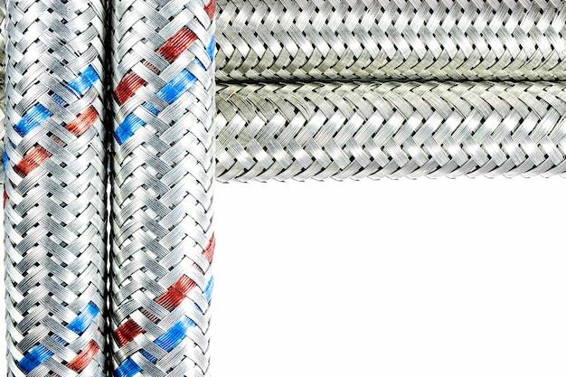 Węże do podłączenia hydrauliki. prace hydrauliczne w budownictwie. gorąca i złocista woda.