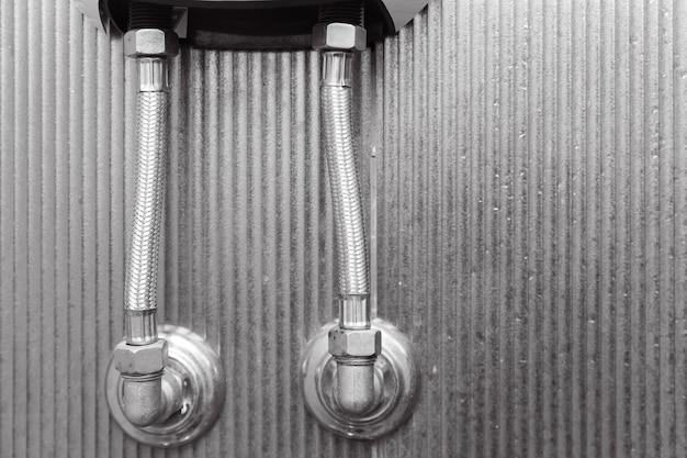 Węże w oplocie ze stali nierdzewnej do wody pod wysokim ciśnieniem w grzejniku łazienkowym lub kotle.