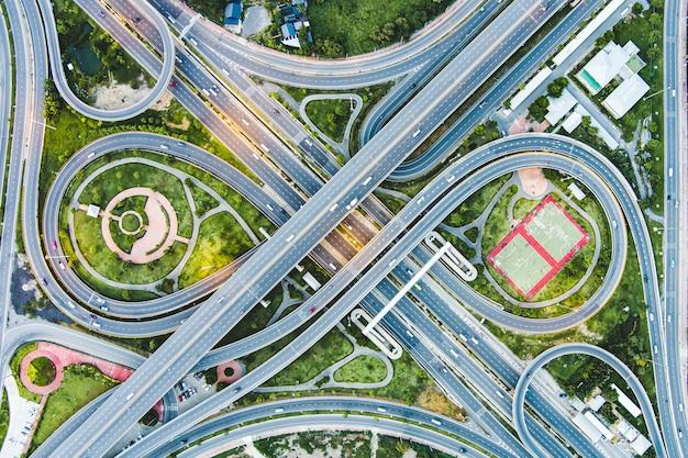 Węzeł autostradowy do miasta otoczony zielonym drzewem