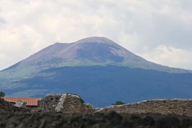 Wezuwiusz - wulkan na wschód od neapolu we włoszech