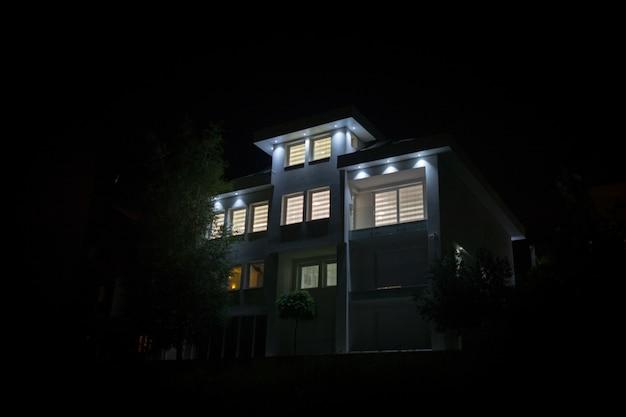Wgląd nocy biały piękny nowoczesny dom