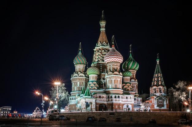 Wgląd nocy katedra wasyla błogosławionego (katedra wasyla błogosławionego) na placu czerwonym, moskwa, rosja.