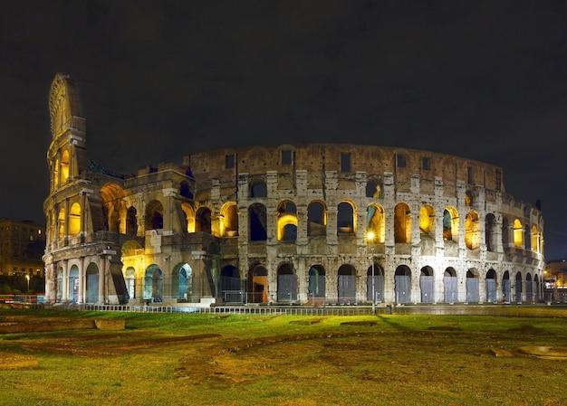 Wgląd nocy koloseum symbol cesarskiego rzymu, włochy.