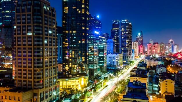 Wgląd nocy nowoczesnych budynków miejskich w qingdao, chiny