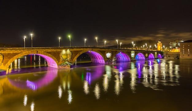 Wgląd nocy pont neuf w tuluzie - francja