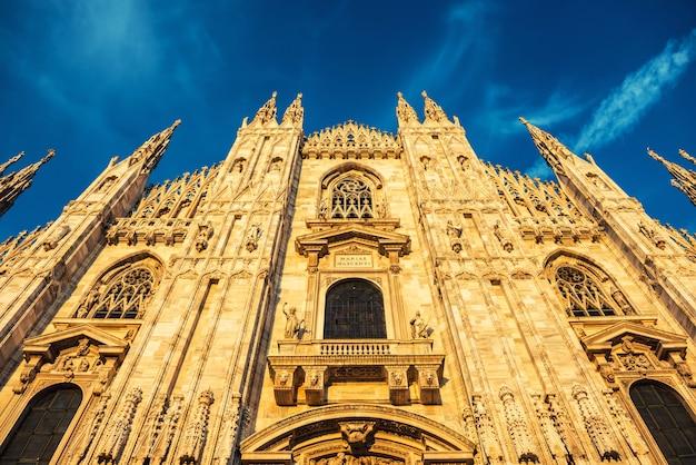 Wgląd nocy słynnej katedry w mediolanie (duomo di milano) na placu w mediolanie