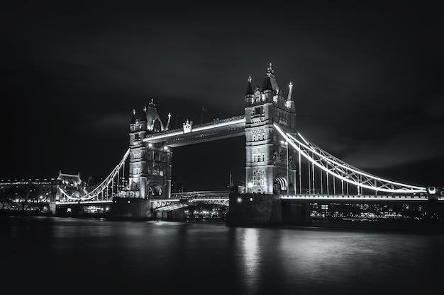 Wgląd nocy tower bridge i rzeki tamizy w czerni i bieli, londyn, wielka brytania