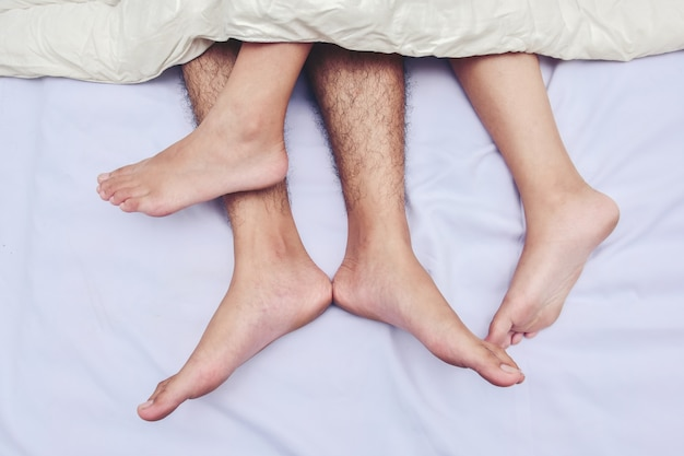 Wgniety kilka stóp w łóżku. miłość, seks i partnerzy.
