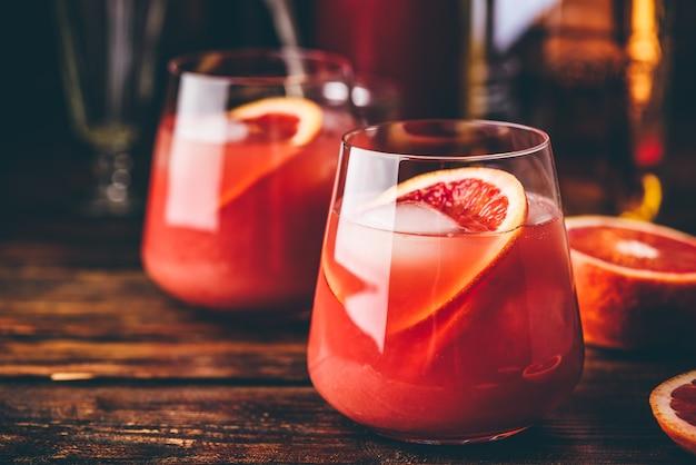 Whisky kwaśny koktajl z dojrzewającym burbonem, sokiem z czerwonej pomarańczy i syropem wiśniowym