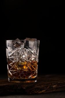 Whisky lub koniak jest w staroświeckim szkle. zbliżenie