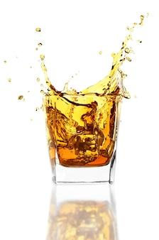 Whisky na białej ścianie