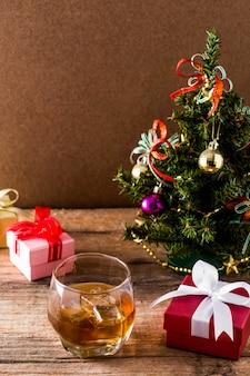 Whisky na drewnianym stole w boże narodzenie
