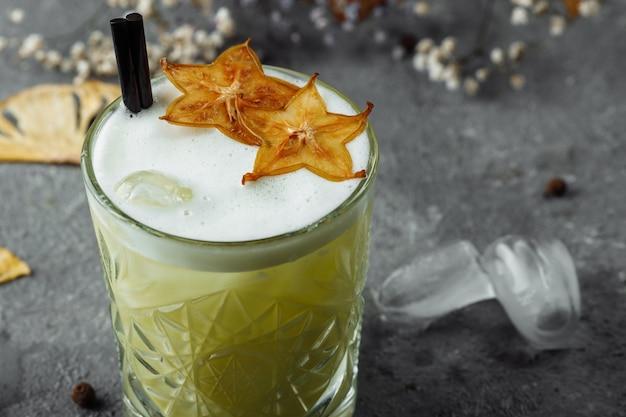 Whisky sour cocktail - bourbon z sokiem z cytryny, syropem cukrowym i białkiem jajka.