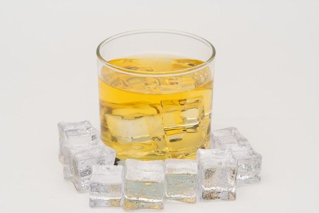 Whisky w skałach, kieliszek whisky z kostkami lodu