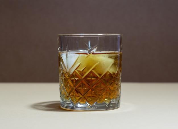 Whisky w szklance. napoje alkoholowe. bar. restauracja.