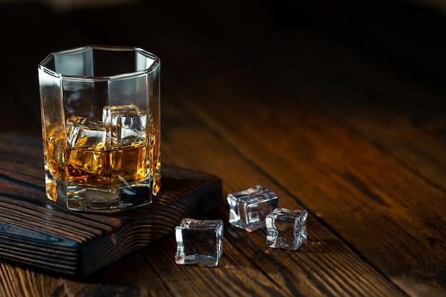 Whisky w szkle z lodem