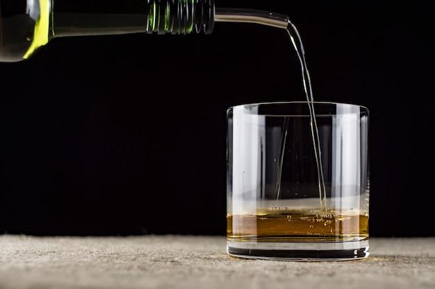 Whisky wlewa się do szklanki