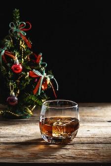 Whisky z choinką na drewnianym stole