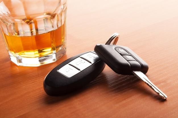 Whisky z koncepcją kluczyków do samochodu do picia i jazdy