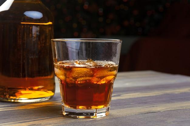 Whisky z kostkami lodu na drewnianym