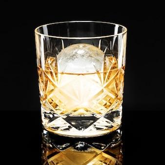 Whisky z lodem kuli fantazyjny koktajl