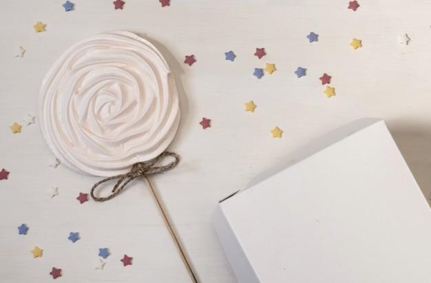 White cake na białym polu dostawy papieru na tle set sail champagne