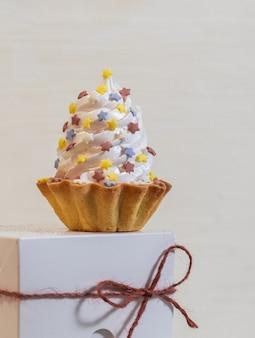 White cake na białym polu dostawy papieru na tle set sail champagne.