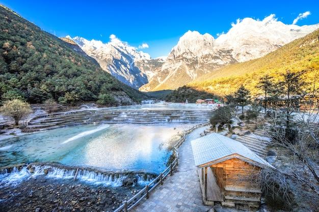 White water river (blue moon valley) jest czysta, czysta i święta dla lokalnych mieszkańców naxi.