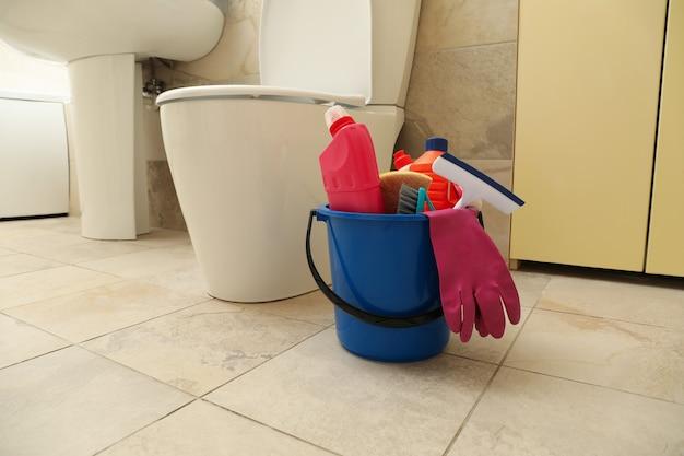 Wiaderko ze środkami czystości w nowoczesnej łazience