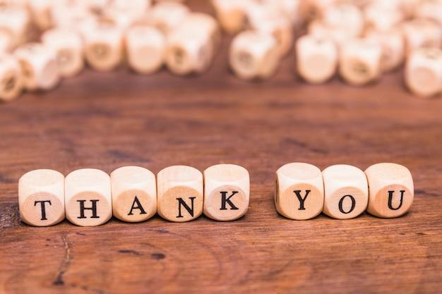Wiadomość dziękuję z drewnianymi kostkami
