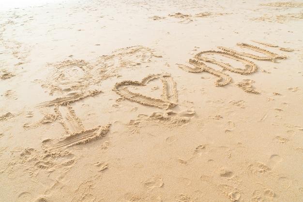 Wiadomość kocham cię na piasku