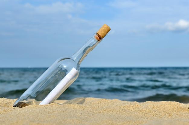 Wiadomość w butelce z oceanu. nadchodzące koncepcje wiadomości